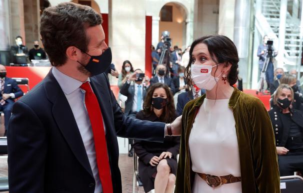 La presidenta de la Comunidad de Madrid, Isabel Díaz Ayuso, saluda al líder del PP, Pablo Casado, durante los actos del Dos de Mayo.