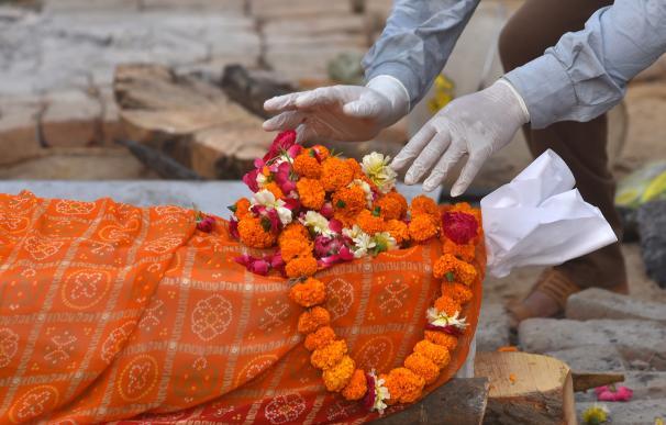 Un funeral en la India. El país se mantiene como el cuarto con más muertes en términos absolutos, con 215.000.