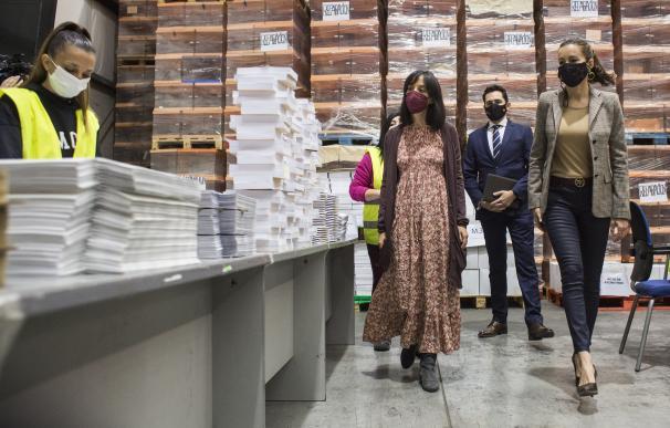 La consejera de Presidencia de la Comunidad de Madrid, Eugenia Carballedo (d), durante una visita por el almacén donde se encuentra el material logístico destinado a la jornada electoral