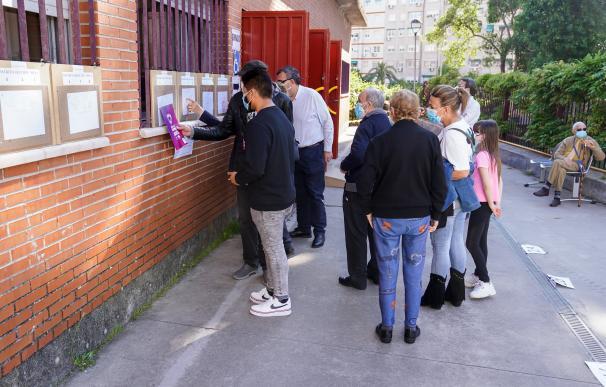 Votantes esperan una cola a las puertas del Colegio Rosalía de Castro, a 4 de mayo de 2021, en Móstoles, Madrid (España). Un total de 5.112.658 madrileños están llamados a las urnas hoy 4 de mayo, lo que supone 53.406 más de los que fueron convocados en los comicios autonómicos de 2019, según el censo electoral reflejado en el INE, recogido en los 179 municipios de la región. Para estas elecciones se han constituido 7.265 mesas electorales en 1.084 locales. 04 MAYO 2021;4M;ELECCIONES;COMUNIDAD DE MADRID;ASAMBLEA DE MADRID;PRESIDENCIA;VOTOS A. Pérez Meca / Europa Press 4/5/2021