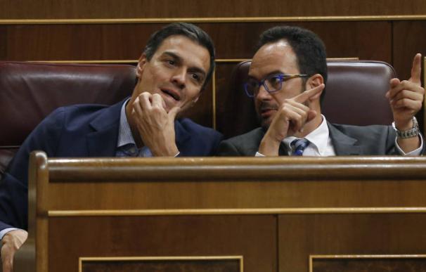 Pedro Sánchez junto a Antonio Hernando, exportavoz socialista y ahora director general de la consultora Acento.