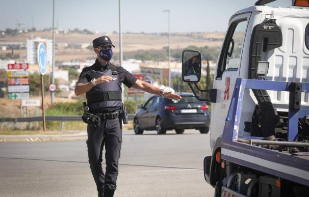 Control policial para garantizar el cierre perimetral en Sevilla.