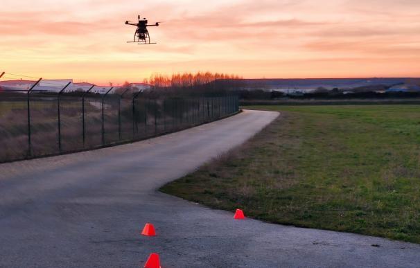 Prueba piloto de un dron en el aeropuerto burgalés de Villafría.