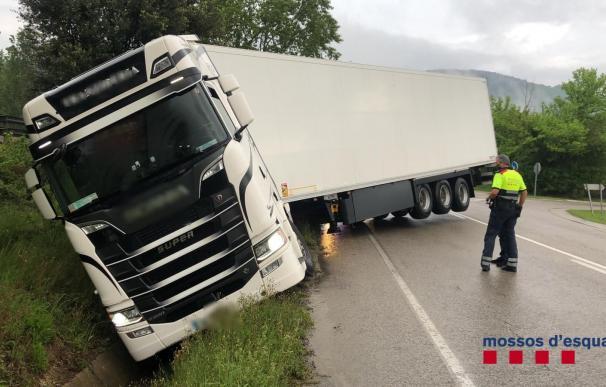 Detenido el conductor de un camión por multiplicar por ocho la tasa máxima de alcohol permitida y salirse de la vía en Sant Joan de les Fonts (Girona) MOSSOS D'ESQUADRA 10/5/2021