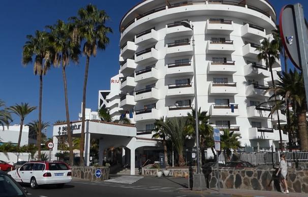 Fachada y balcones del hotel Canarias