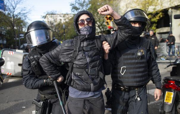 La policía detiene a un manifestante durante la concentración en contra del Consejo de Ministros.