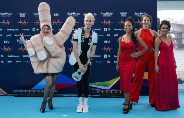 Jendrik, el representante de Alemania, llega a la alfombra turquesa antes de la ceremonia de apertura de Eurovision.