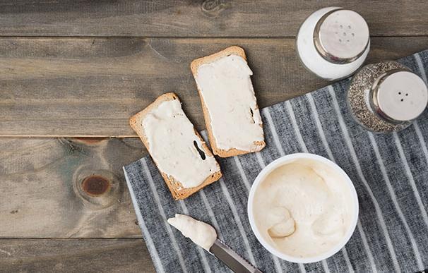 Queso para untar y panecillos tostados