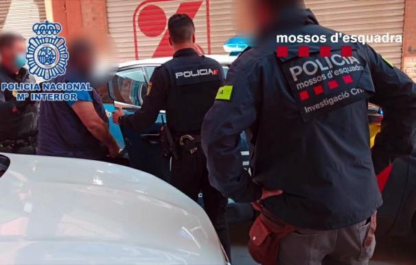 Imagen de una de las detenciones de los Mossos d'Esquadra con la Policía Nacional