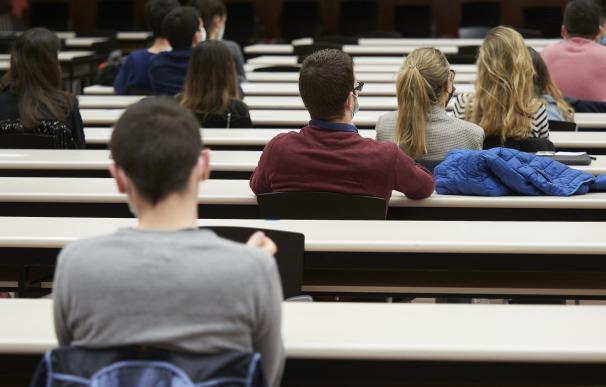 Alumnos escuchan charla en la universidad