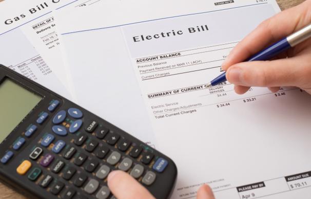 Consumidor calculando los gastos en la factura de la luz.