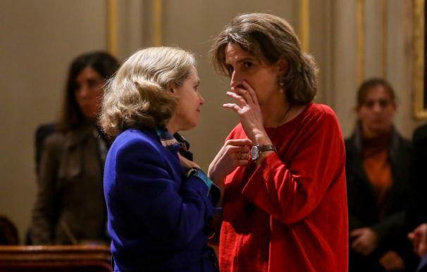 La ministra para la Transición Ecológica Teresa Ribera y la ministra de Economía Nadia Calviño