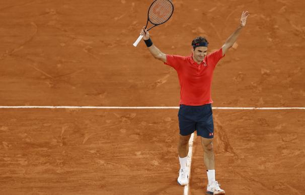 Roger Federer celebra su victoria contra Dominik Koepfer en el Roland Garros.