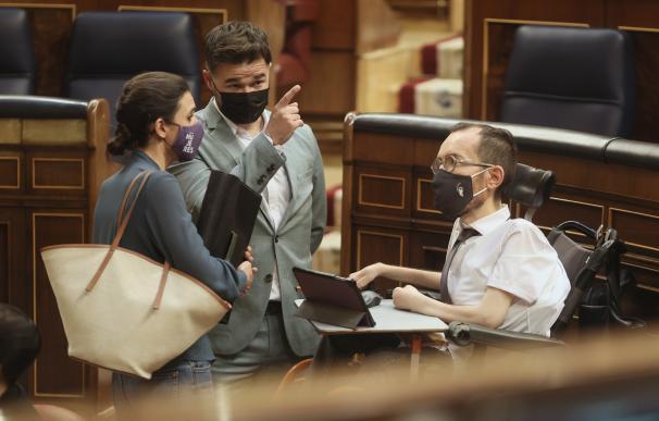 La ministra de Igualdad, Irene Montero, charla con el portavoz parlamentario de ERC, Gabriel Rufián