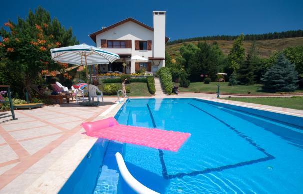 Las casas con piscinas privadas son buenas opciones para escapadas baratas.