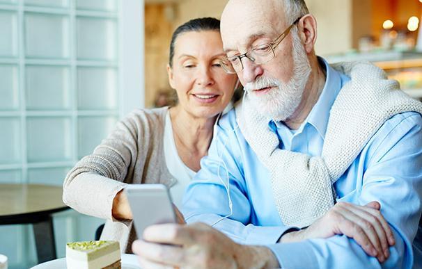 Una pareja utiliza su teléfono