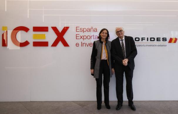 La ministra de Industria, Reyes Maroto, con el presidente de Cofides, José Luis Curbelo.