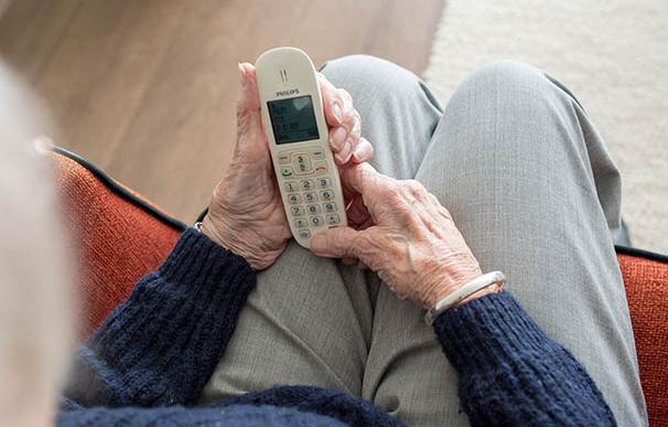 Mujer utilizando un teléfono inalámbrico
