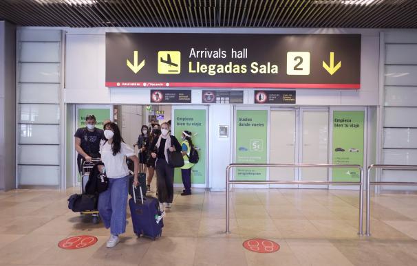 Varias personas caminan con su equipaje en la terminal T1 del Aeropuerto de Madrid - Barajas Adolfo Suárez.