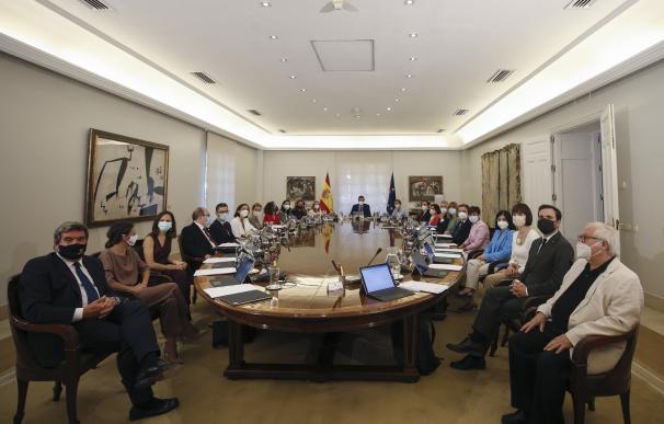 El presidente del Gobierno, Pedro Sánchez (c, al fondo), y el resto de los miembros del Ejecutivo posan momentos antes del inicio de la primera reunión del Consejo de Ministros del nuevo gabinete de Pedro Sánchez, este martes, en el Palacio de la Moncloa.
