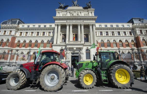 Tractores frente al Ministerio de Agricultura.