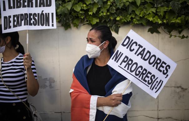 Varias personas se concentran ante la Embajada de Cuba en Madrid en contra del régimen comunista del Gobierno cubano, a 13 de julio de 2021, en Madrid (España). Convocada por la Alianza Iberoamericana Europea contra el comunismo con el lema  'por la libertad de Cuba' este es una de las muchas protestas que se llevan realizando tanto en las principales localidades de Cuba como en otras ciudades del mundo en contra del régimen de Miguel Díaz-Canel. CUBA;MANIFESTACIÓN;RÉGIMEN;MIGUEL DÍAZ-CANEL Alejandro Martínez Vélez / Europa Press 13/7/2021