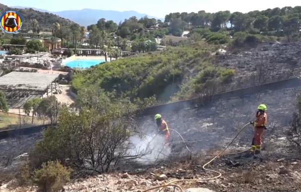 Bomberos controlan el incendio en una montaña cerca del parque Aquopolis de Cullera.
