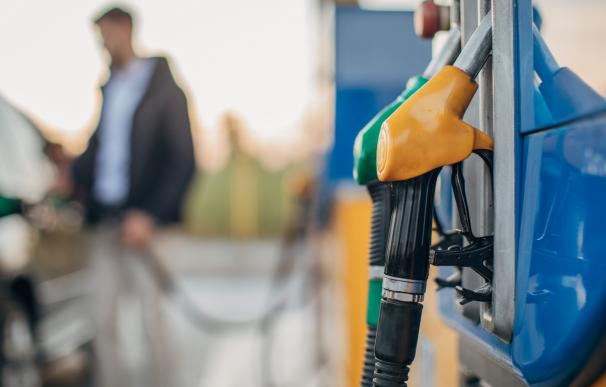 Persona repostando gasolina en su coche
