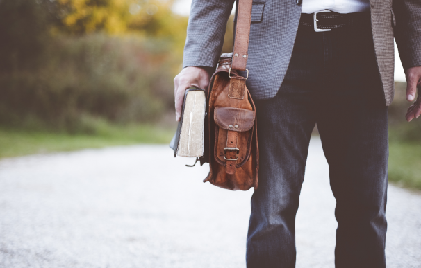 Profesor, interino, autonomo, persona de camino al trabajo