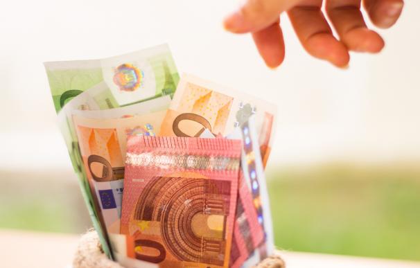 Cogiendo dinero, euros