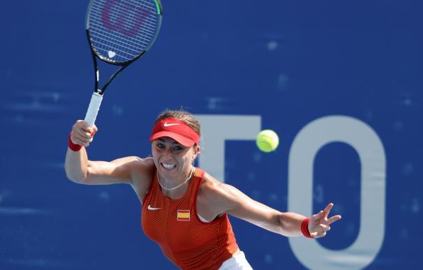 Paula Badosa de España devuelve una pelota contra Kristina Mladenovic de Francia, durante la primera ronda de tenis femenino por los Juegos Olímpicos 2020.