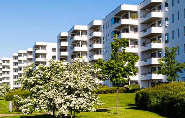 Urbanización residencial con jardín.