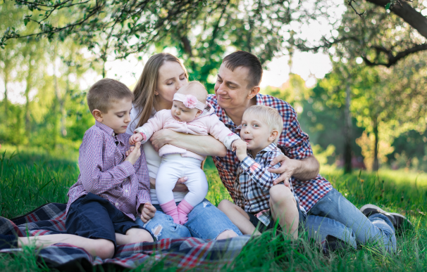 Familia numerosa con tres hijos.