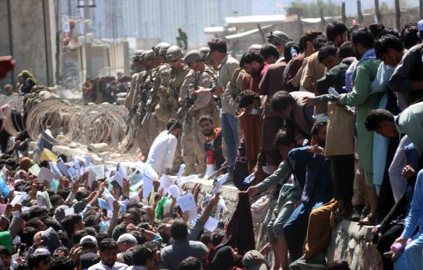 Las explosiones tuvieron lugar mientras miles de personas trataban entre empujones de acceder a alguno de los vuelos de evacuación desde la toma de la capital afgana.