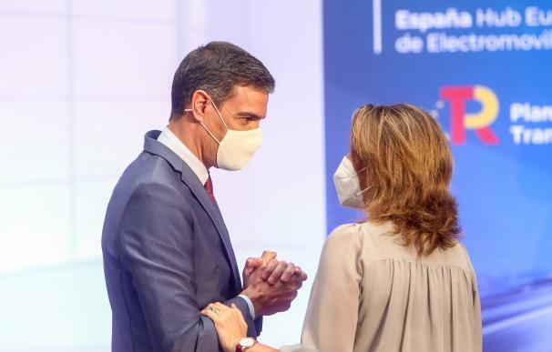 El presidente del Gobierno, Pedro Sánchez y la ministra para la Transición Ecológica y el Reto Demográfico, Teresa Ribera