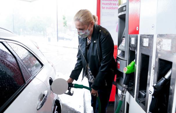 Una mujer pone gasolina a su vehículo en una gasolinera, a 17 de junio, en Madrid, (España). El coste medio del litro de gasolina ha registrado su tercera alza consecutiva para alcanzar los 1,367 euros, su nivel más alto desde hace casi siete años. Antes de Semana Santa la gasolina y el gasóleo ya recuperaron niveles preCovid, después de acumular desde noviembre un repunte de casi el 16% el primero y de más del 17% el segundo. 17 JUNIO 2021;GASOLINA;SUBIDA;PRECIO A. Pérez Meca / Europa Press   (Foto de ARCHIVO) 17/6/2021