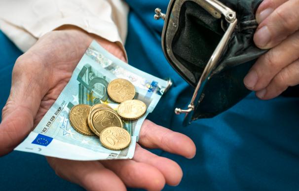 Un jubilado / pensionista contando dinero. Pensiones