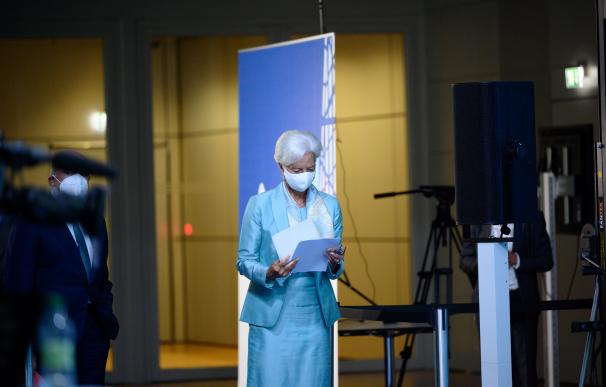 Lagarde revisa sus notas antes de la rueda de prensa del BCE.