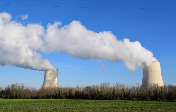 Torres de enfriamiento de la central nuclear Golfech, propiedad de la compañía de electricidad de Francia EDF.