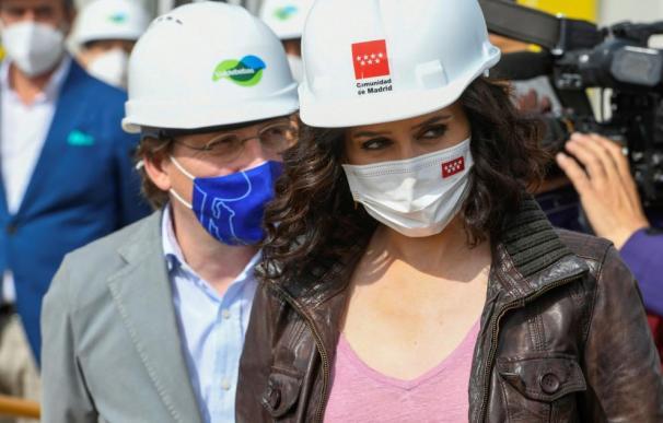 Ayuso y Almeida, durante la visita a las obras de Valdebebas