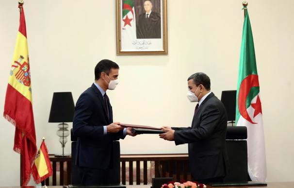 El presidente del Gobierno, Pedro Sánchez (i), junto al primer ministro de Argelia, Abdelaziz Djerad.