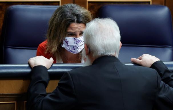 La ministra para la Transición Ecológica, Teresa Ribera, conversa con un diputado en el pleno del Congreso este jueves