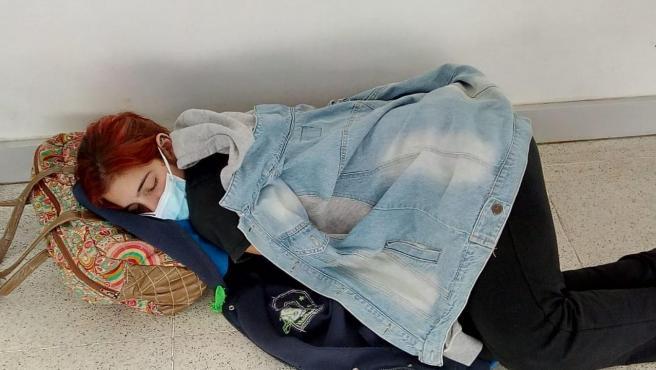 Muere por Covid una joven que esperó en el suelo en un hospital argentino