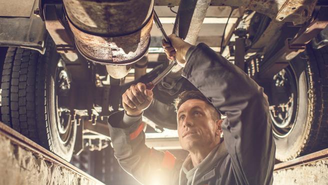 Un mecánico trabaja en una taller. / CETRAA.