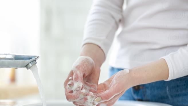 El lavado frecuente de manos con agua y jabón es la mejor prevención frente al contagio.