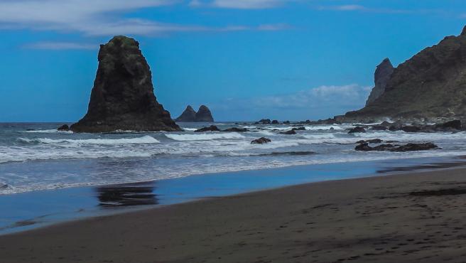 La playa Benijo es una de las más espectaculares de Tenerife. Rodeada por el Roque Benijo y el Roque La Rapadura, se trata de un enclave salvaje de apenas 300 metros de extensión.