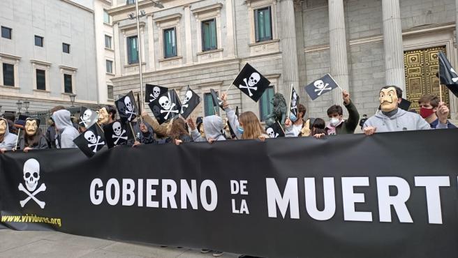 """Protestas contra la ley de la eutanasia bajo los gritos """"Gobierno de la  muerte"""""""