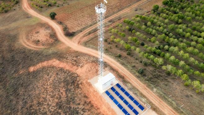 Instalación de Cellnex con placas solares para mejorar la cobertura en Matanza (Soria).