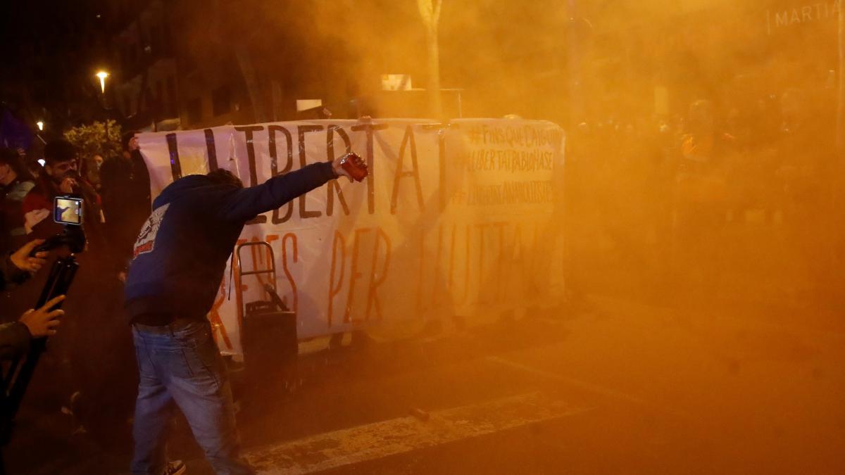 El choque entre Mossos y manifestantes vuelve a tomar las calles de Barcelona